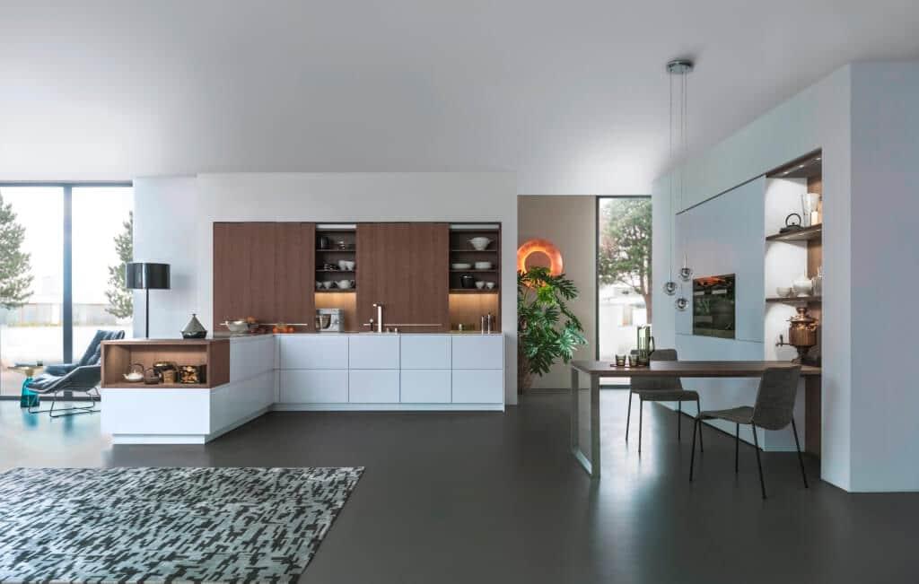 Она отлично впишется и в маленькое пространство, и, благодаря красивому натуральному цвету раздвижных дверей, в зоне гостиной.