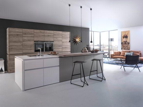 Большое количество шкафчиков и ящиков позволит максимально удобно разместить все кухонные принадлежности.