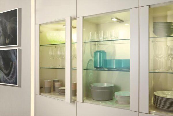 В кухне Leicht ORLANDO | LUNA сочетаются разные цвета, фактуры и материалы. Например, белые глянцевые фасады из акрила и столешницы из шпона горной лиственницы с горизонтальными прожилками