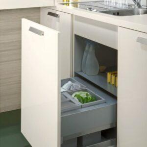 Модель ORLANDO | LUNA интересна еще и своей эргономикой – полки с панельной задней стенкой и безручечные шкафы легко достать из обеденной зоны.