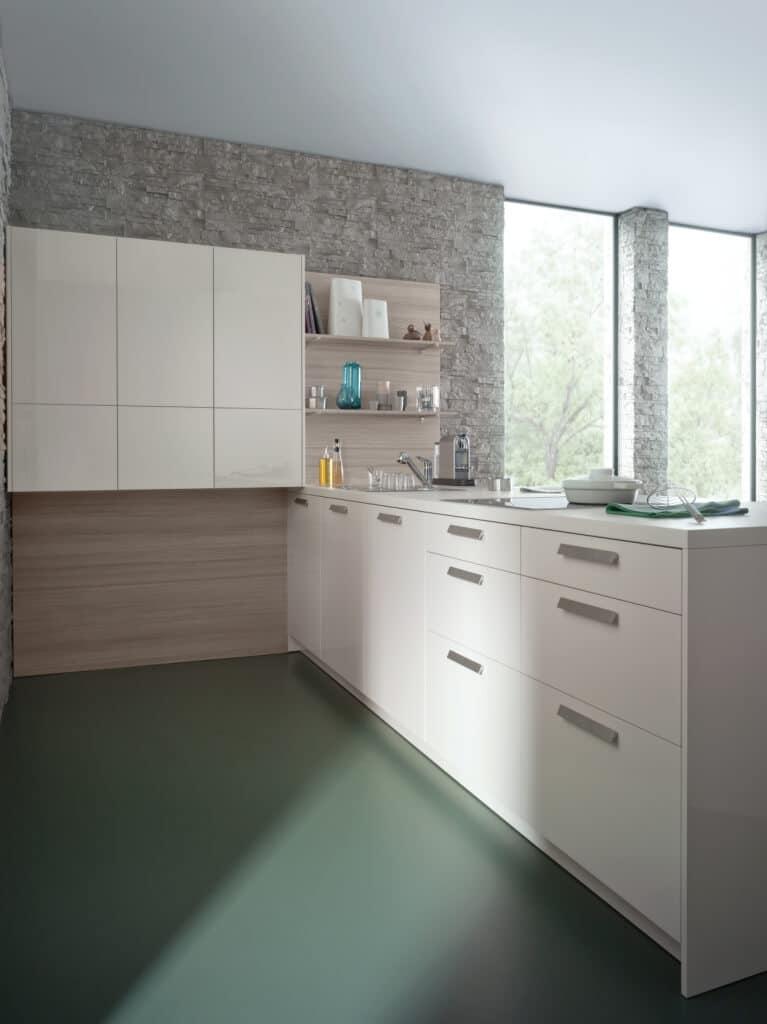 Полуостров оставляет три стороны кухни открытыми, а законченность островного блока создается столешницей и боковыми стенками кухни.