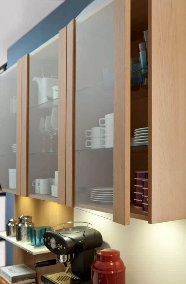 Навесные шкафы оснащены безручечной системой открывания и встроенной LED подсветкой.